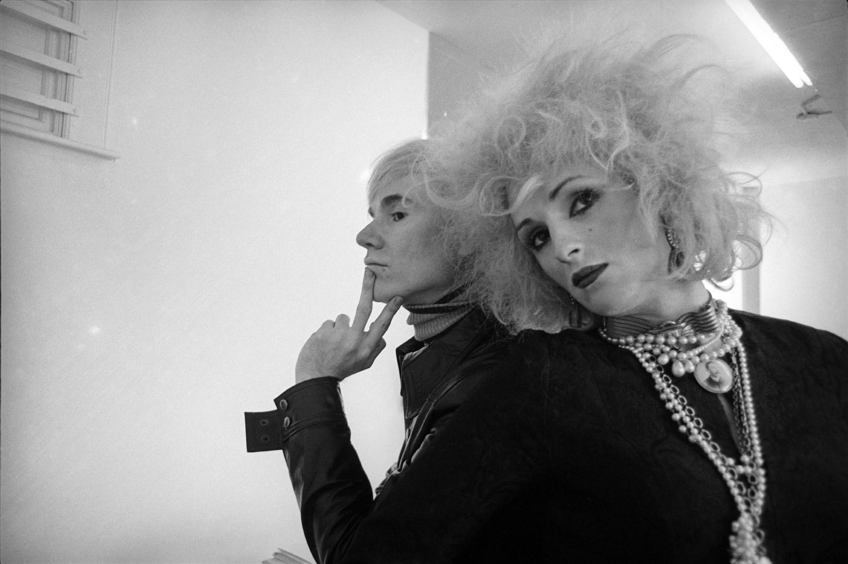 Fotografía en blanco y negro de Andy Warhol y Candy Darling