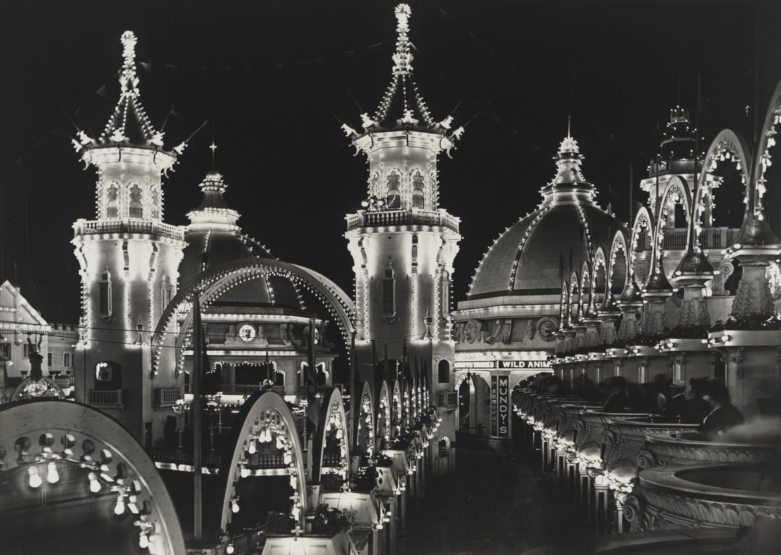 Vue sur Luna Park la nuit éclairée de nombreuses lumières
