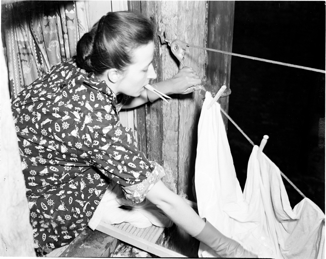 Andrew Herman. Hanging laundry. 1940. Museum of the City of New York. 43.131.8.40