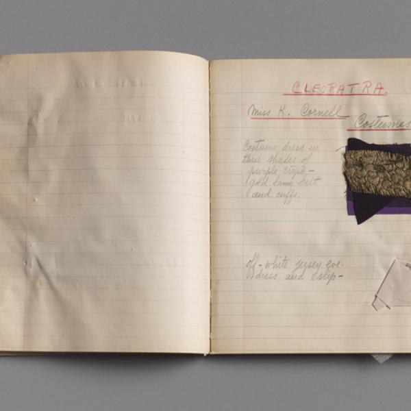 笔记本打开了用于服装设计的色板和注释页。