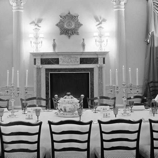 Comedor amueblado de forma extravagante en 960 Fifth Avenue. La configuración incluye una mesa central con configuraciones de lugar elaboradas.
