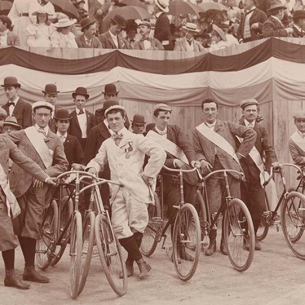 晚上电讯自行车巡游之前,观众们从高高的座位上注视着观众,人们排着自行车