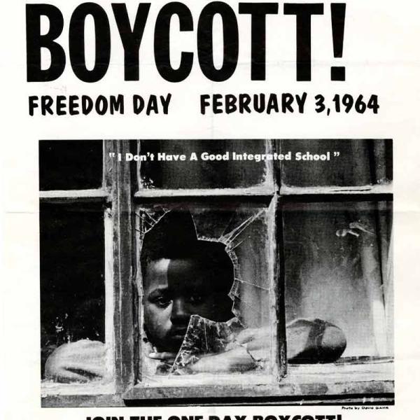 """L'image montre un dépliant pour le boycott de l'école de New York le 3 février 1964. Le dépliant présente une photo d'un garçon noir regardant par la fenêtre d'une école cassée. Sous la photo se trouve une citation: """"Je n'ai pas une bonne école intégrée."""""""