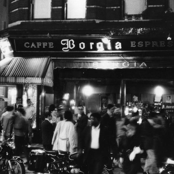 Fotografía de Fred W. McDarrah de una multitud llena de movimiento frente a Caffe Borgia en Greenwich Village