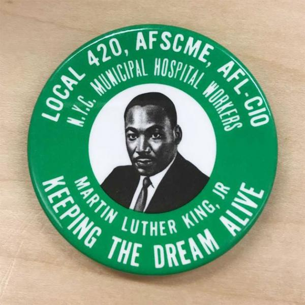 Un bouton commémoratif de 1968 honorant Martin Luther King, Jr., produit par la section locale 420 du NYC Municipal Hospital Workers Union