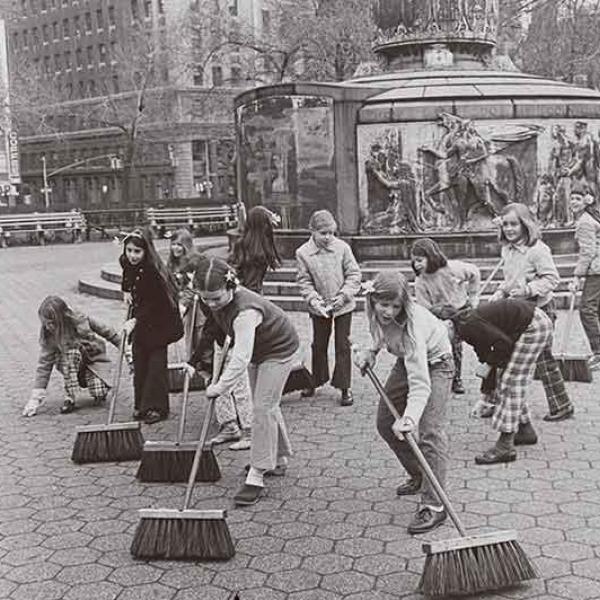 Photo en noir et blanc d'un groupe de filles balayant les trottoirs à New York le jour de la Terre.