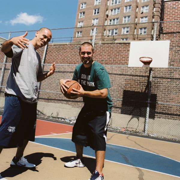 Os cineastas Bobbito Garcia e Kevin Couliau em uma quadra de basquete