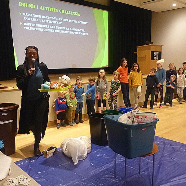 Fotografia dos participantes que separam os resíduos em lixeiras apropriadas, com base no material reciclável de que são feitos.