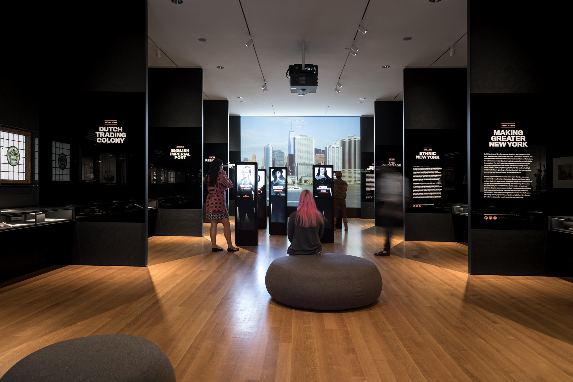 Les visiteurs s'assoient et se tiennent debout autour d'une exposition au Musée de la ville de New York