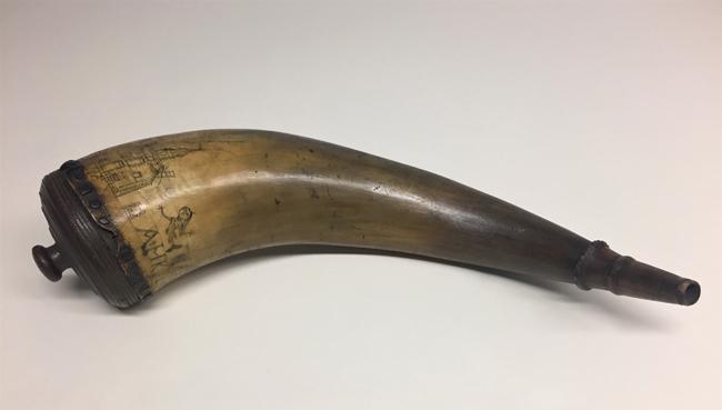 Powder Horn, ca. 1759. Museu da cidade de Nova York. 35.403.3.