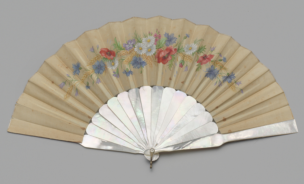 1886 년에서 1889 년 사이에 칠해진 닭 껍질을 접는 팬의 박물관 사진.