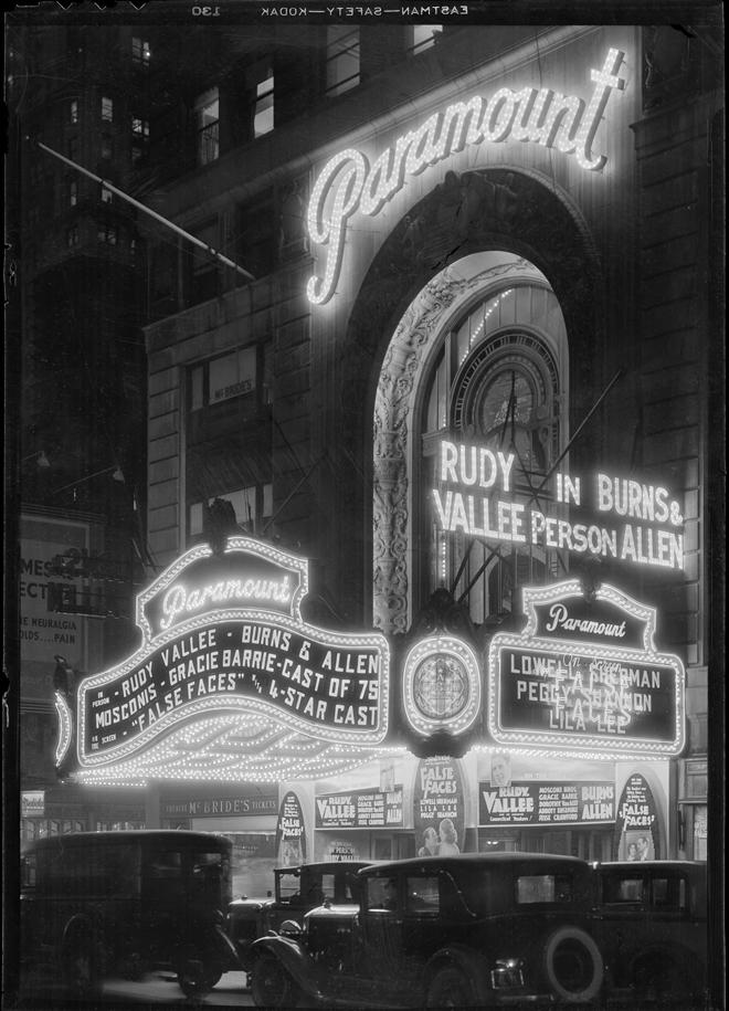 Samuel Herman Gottscho (1875-1971). Vista para a cidade de Nova York. Teatro Paramount à noite, 30 de novembro de 1932. Museu da cidade de Nova York. 88.1.1.2542
