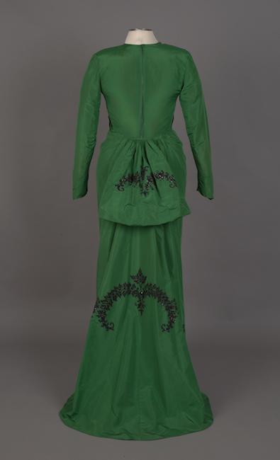 Traje de concierto en tafetán de seda verde esmeralda con bordados en negro y azabache.