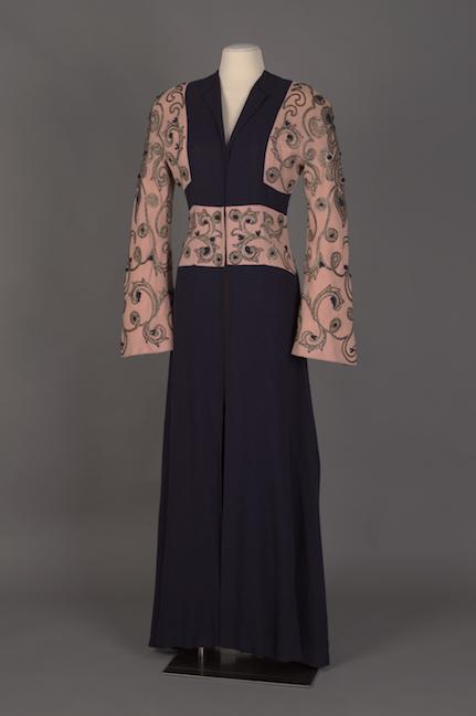 Abrigo de noche en crepé de lana de cachemira azul marino y rosa con bordado dorado y cordón de seda azul marino aplicado.