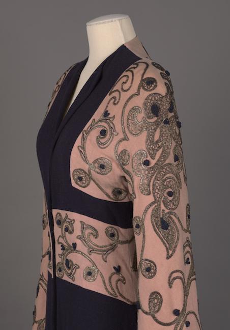 Abrigo de noche en crepe de lana de cachemira azul marino y rosa con bordado dorado y cordón de seda azul marino aplicado