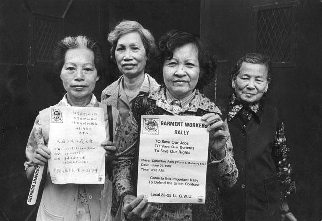 23 년 25 월 24 일 집회에서 파업중인 ILGWU Local 1982-XNUMX 회원 XNUMX 명이 중국어와 영어로 된 전단지를 소지합니다.
