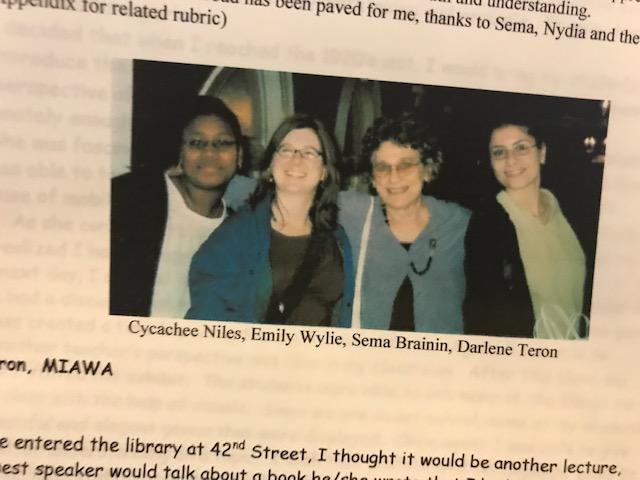 Recorte de periódico que muestra una imagen en color de cuatro mujeres juntas.