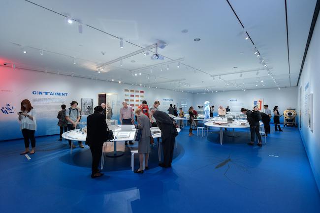 ジャームシティのインスタレーションショット:微生物と大都市、展示を見ている群衆。