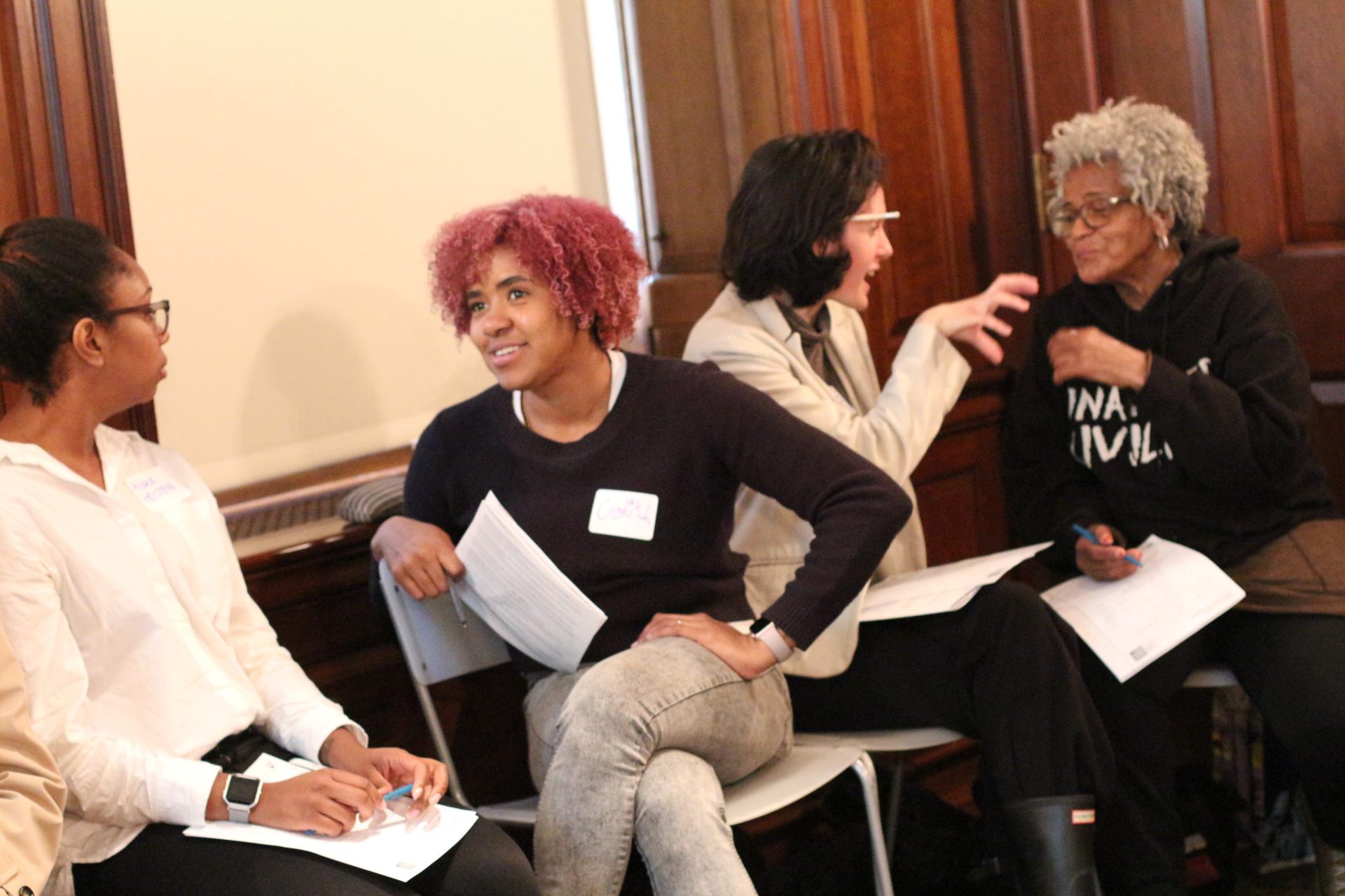 Professores conversando durante uma oficina no Museu da Cidade de Nova York.