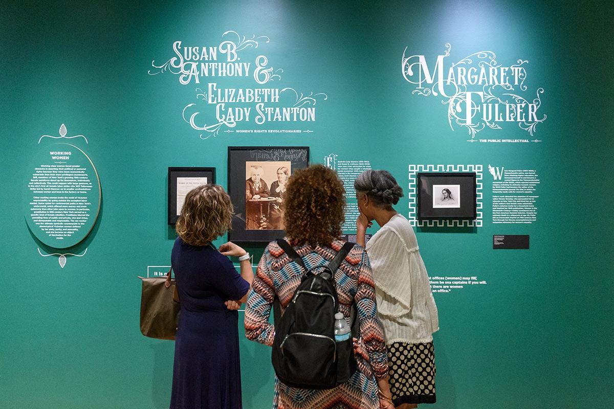 une image des visiteurs dans une galerie du Musée de la ville de New York
