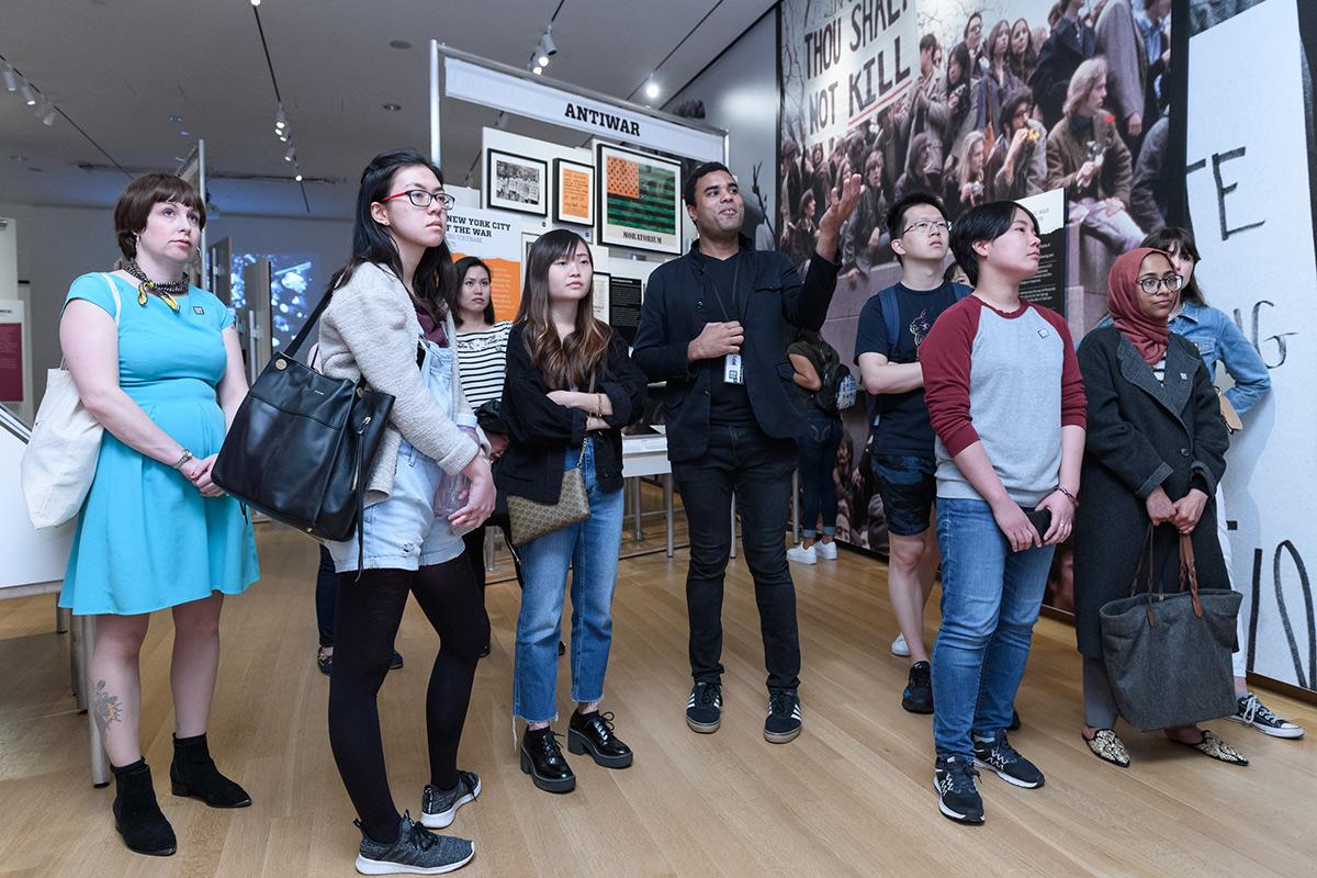 une image de visiteurs dans une galerie du Musée de la ville de New York