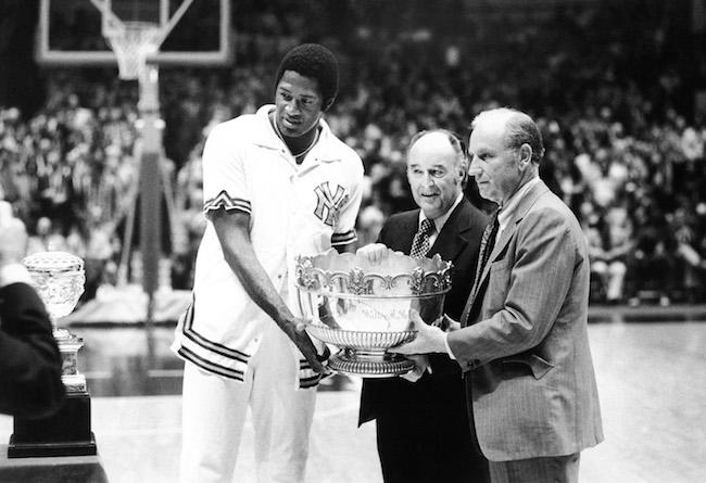 O comissário da NBA, J. Walter Kennedy, apresenta o Walter Brown Memorial Trophy para Willis Reed e Red Holzman