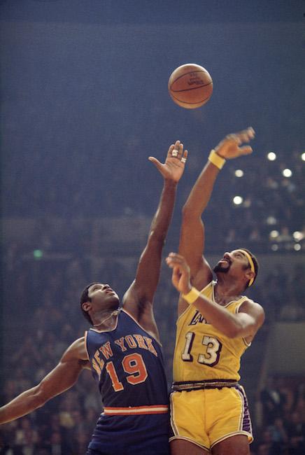 Willis Reed e Wilt Chamberlain informam no início de um jogo de basquete