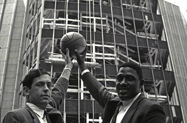 Bill Bradley e Willis Reed seguram uma bola de basquete no ar do lado de fora do canteiro de obras do Madison Square Garden.