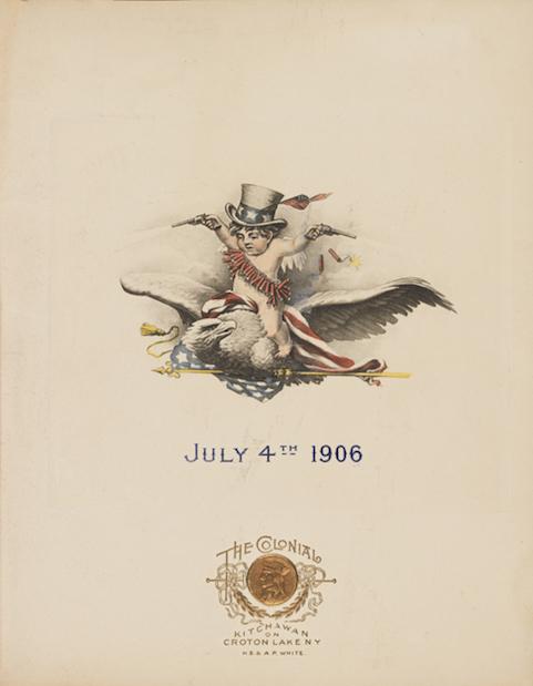 """Portada de un menú de 1906 con un dibujo de un bebé a horcajadas sobre un águila calva con las alas extendidas. El bebé lleva un sombrero del tío Sam y una serie de petardos alrededor de su torso, sosteniendo pistolas. El águila está agarrando una bandera estadounidense. El """"4 de julio de 1906"""" está impreso en azul. Logotipo dorado del Hotel Colonial impreso en la parte inferior."""