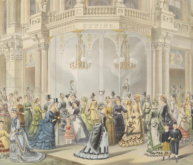 家庭用ミシンのウィンドウディスプレイの前に立っている19世紀のファッショナブルなドレスを着た女性と子供たちの群衆を描いたカラー彫刻。