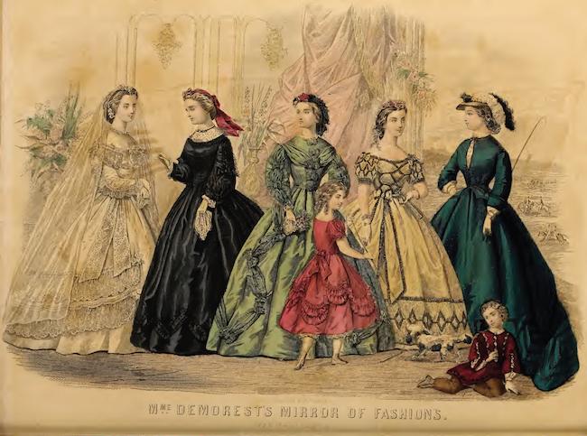 ブライダルガウン、喪服、昼間のハウスドレス、イブニングドレス、およびリッディングドレスを(左から右に)描いた手塗りのファッションプレート。