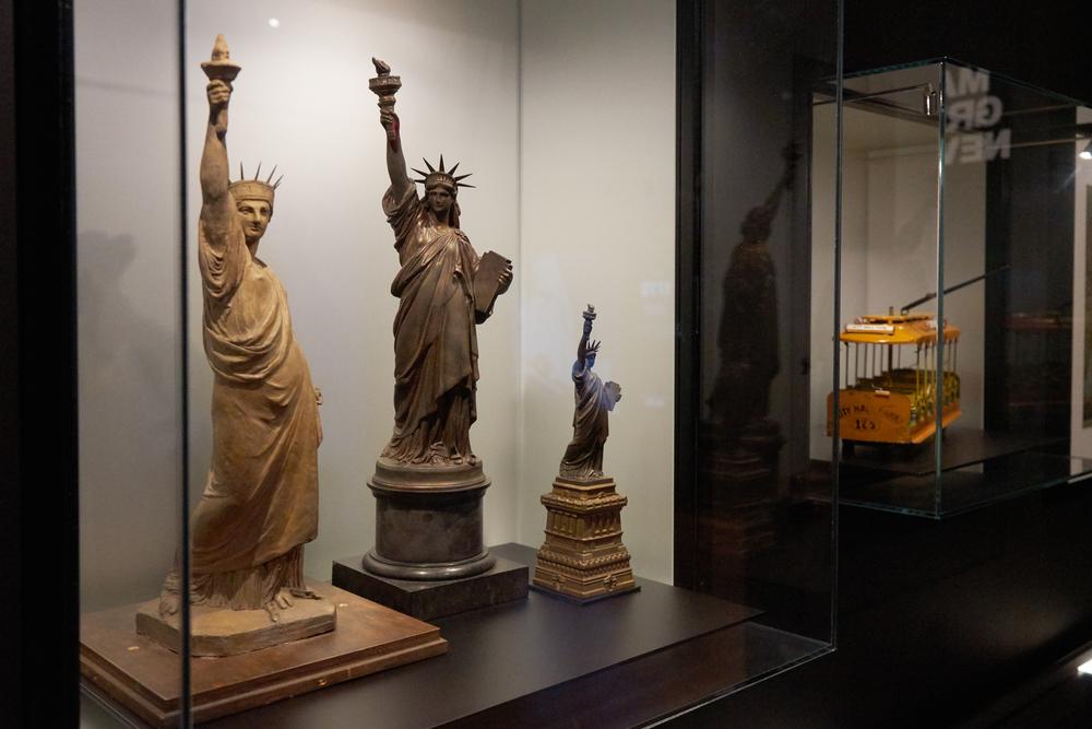 在展览中展出自由女神像的模型和模型