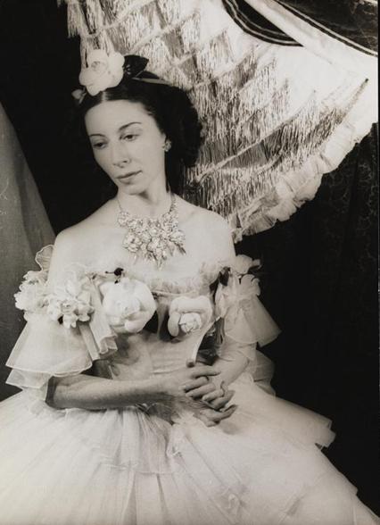 Un retrato de una bailarina en traje.