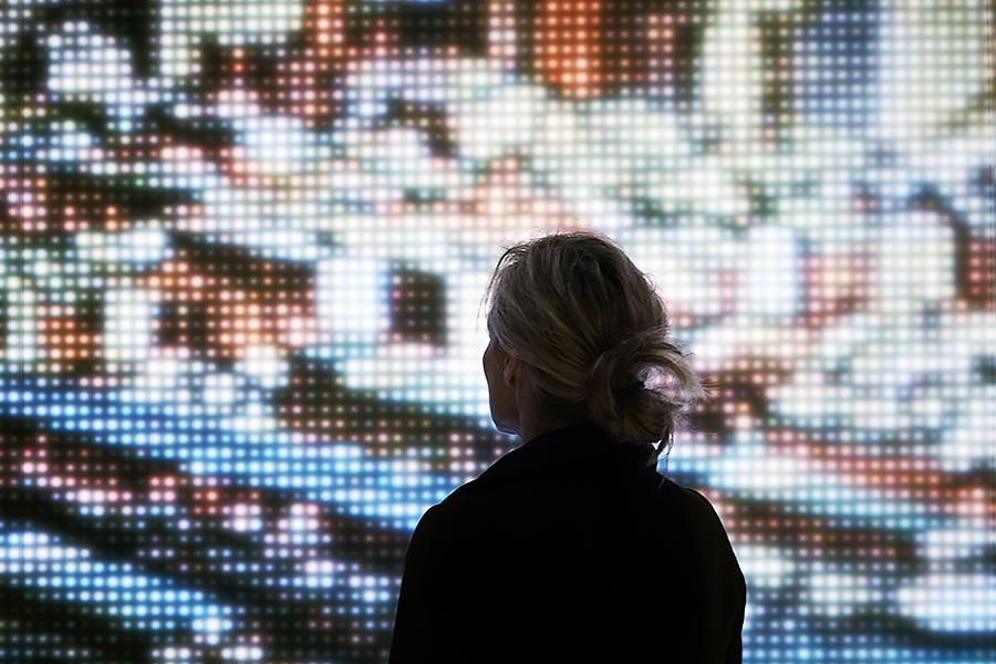 デジタルスクリーンに対してシルエットの個人