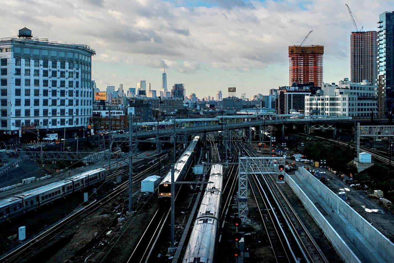 Vue de la ville de New York donnant sur la plate-forme du train