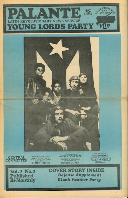 Uma capa da revista bimestral Palante dos Young Lords que mostra membros da organização tendo como pano de fundo a bandeira porto-riquenha.