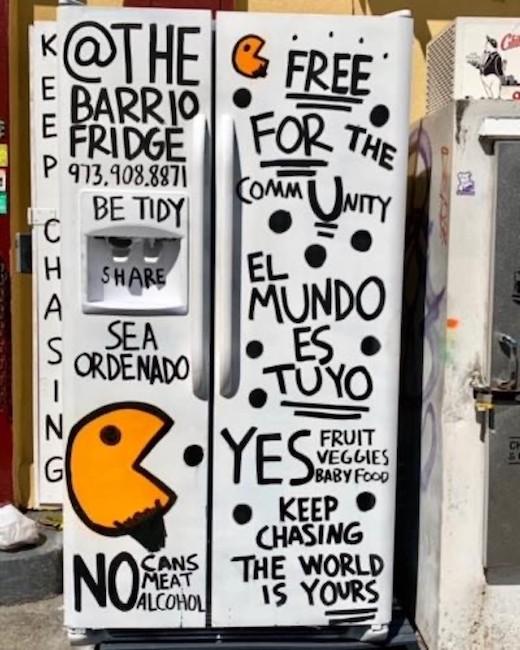 Uma fotografia do Barrio Fridge, um refrigerador comunitário que oferece comida grátis em Washington Heights.