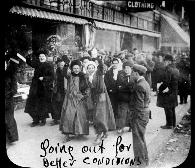 여성 의류 노동자들은 1909 년 파업을 시작하면서 카메라를보고 웃었다.