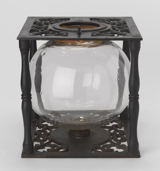 Urna eleitoral com globo de vidro em estrutura de ferro fundido.