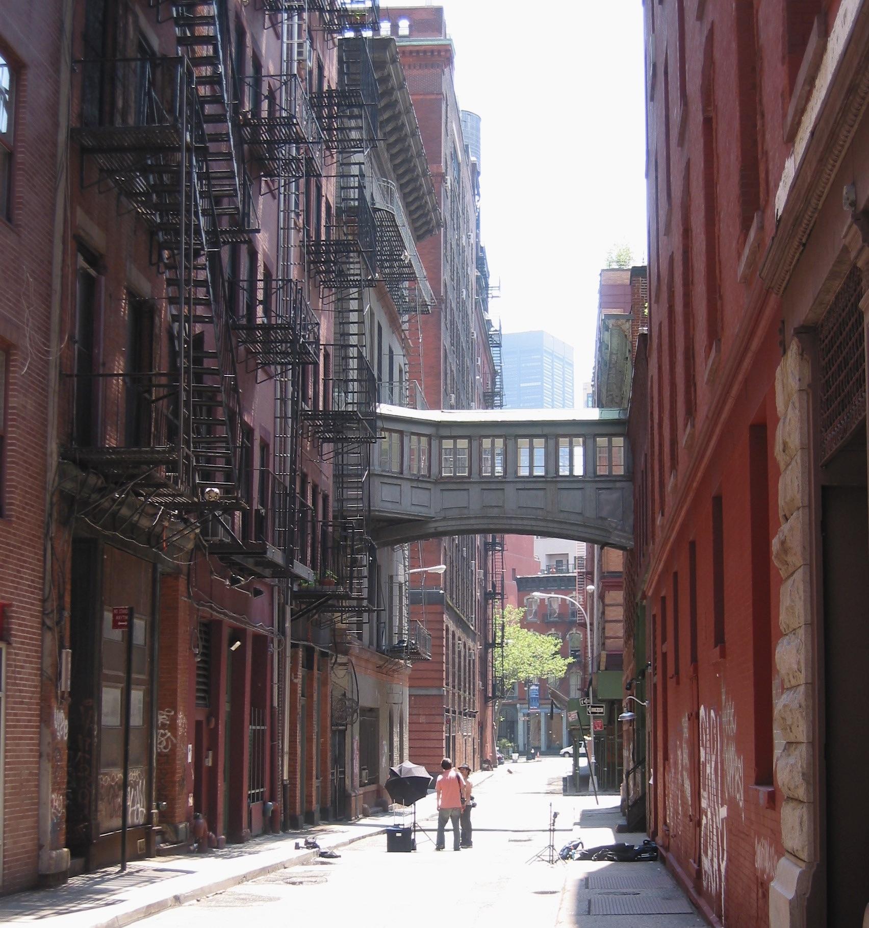 Dos personas en medio de una calle en Tribeca, Nueva York