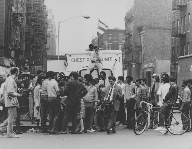 Um membro dos Young Lords senta-se no topo de um caminhão de unidade de raio-x do tórax durante uma campanha para oferecer testes de tuberculose gratuitos para residentes de East Harlem.