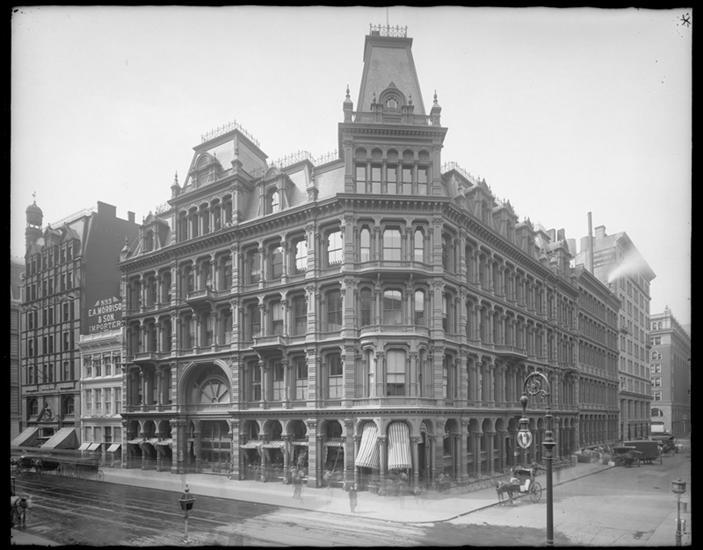 百老汇和东20街。 Lord和Taylor,旧楼。
