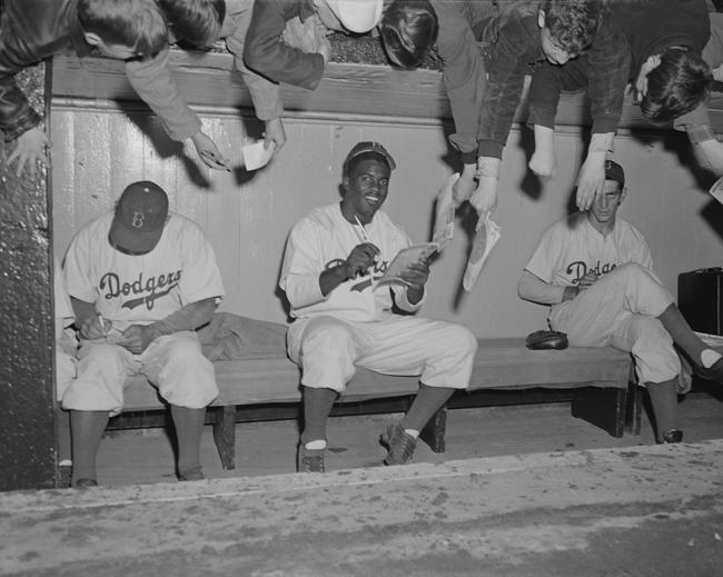 Frank Bauman [Jackie Robinson, piragua de los Dodgers, Ebbets Field] 1949