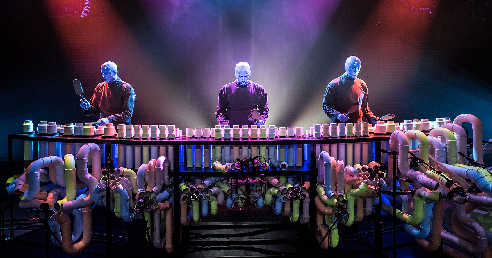 Blue Man Group realizando nas tubulações