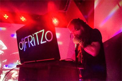 djFRiTZo dans sa cabine de DJ