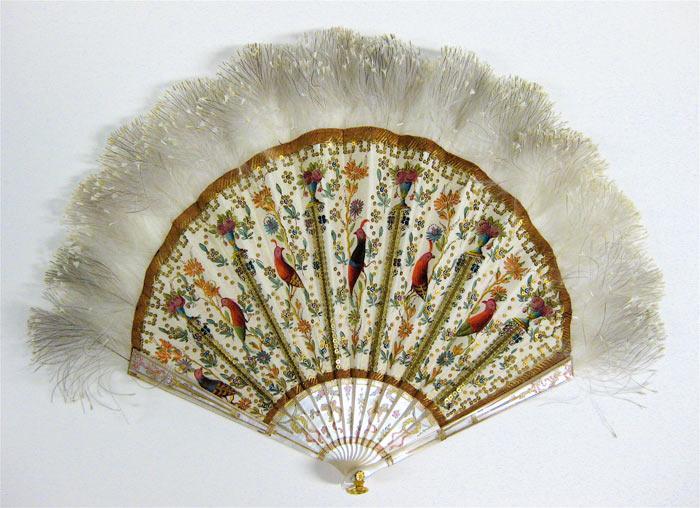 白い棒で作られた扇状で、detailed骨の間の生地に詳細な鳥と花が描かれ、上部に羽があります