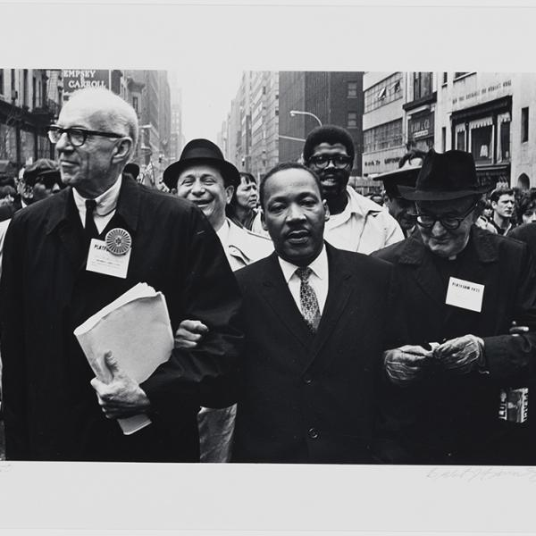 15年1967月XNUMX日にニューヨーク市で開催された連帯デーパレードでのマーティンルーサーキングジュニア博士、ベンジャミンスポック博士、ピッツバーグのモンシニョールライスの写真。