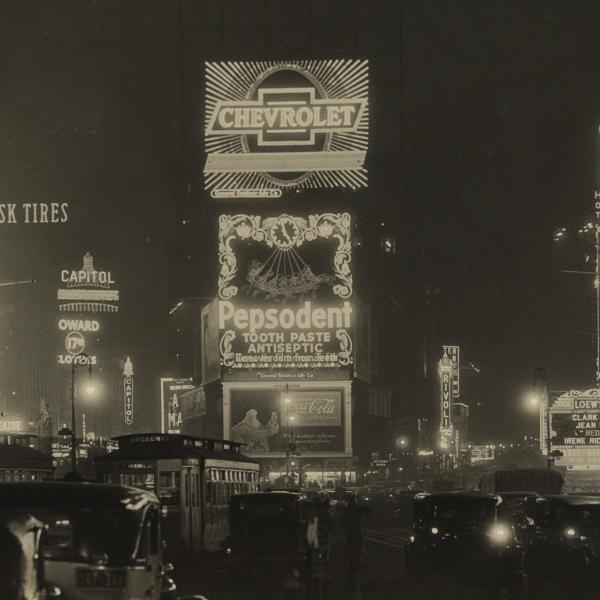Uma fotografia em preto e branco da cidade de Nova York à noite por Samuel H. Gottscho