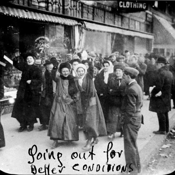 As trabalhadoras de vestuário sorriem para a câmera enquanto entram em greve em 1909.
