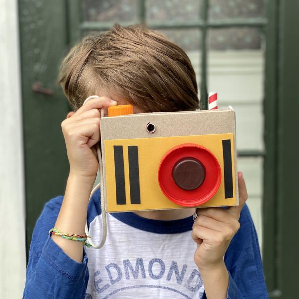 纸板相机的男孩
